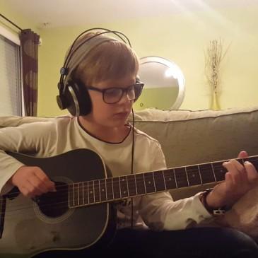 On fait quoi Johan pour fêter tes deux ans de guitare ? Une deuxième vidéo bien sûr !